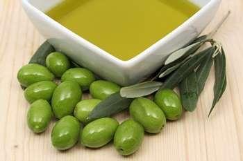 Зелені оливки і масло