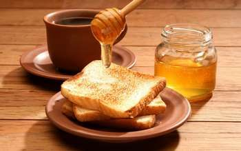 Мед мажуть на тости