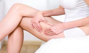 стадії целюліту дівчина чіпає свою ногу