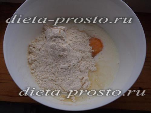 з`єднайте масло з молоком і яйцем