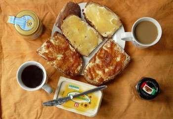 Кава, бутерброди на тарілці