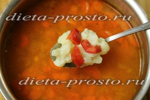 Додаємо томати і кольорову капусту