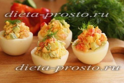 Прикрашаємо кожну половинку яйця кропом