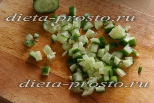 невеликими кубиками нарізаємо свіжий огірок
