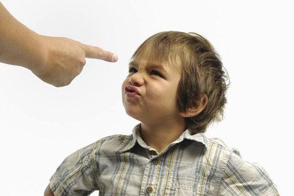 Як правильно виховати дитину: строго або балувати?