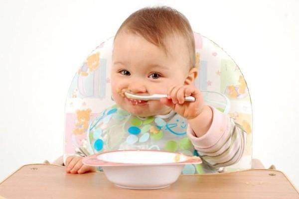 Як привчити дитину їсти самому?