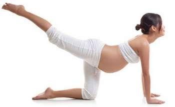 Вагітна дівчина виконує гімнастику