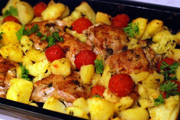 Курячі стегна з картоплею в духовці: кілька простих рецептів