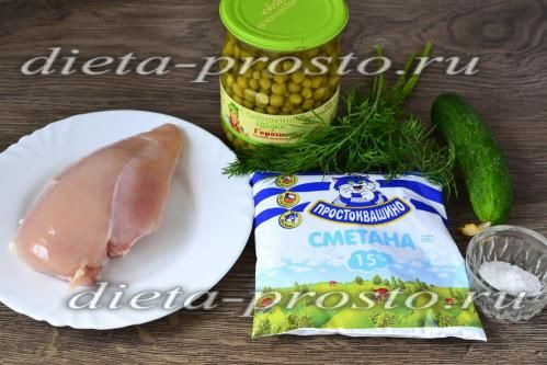 Легкий салат з запеченим курячим філе