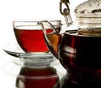 Заварений чай в чайнику і в чашці
