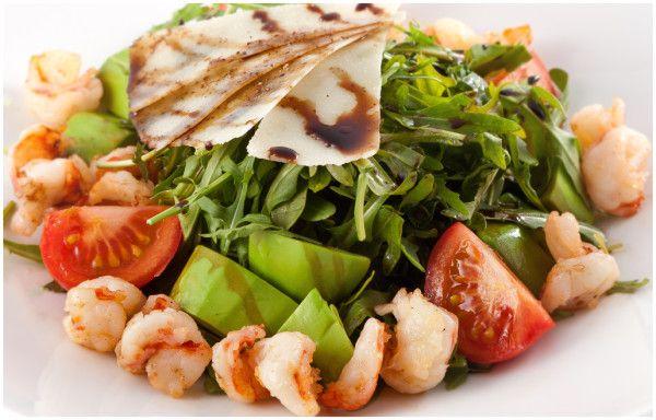 Чудовий салат з руколою, креветками і помідорами