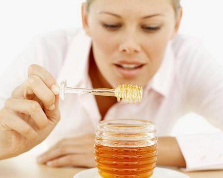 дівчина і мед