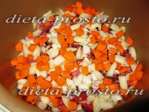 Лук і моркву ріжемо кубиками і висипаємо в чашу шарами