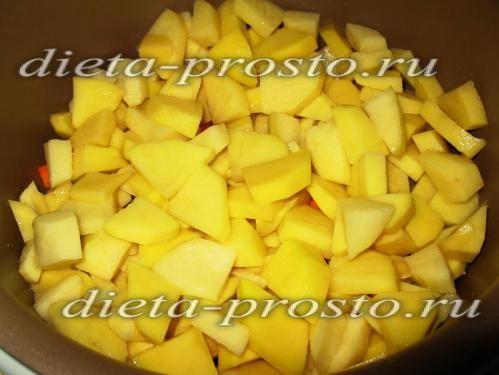 Картоплю нарізати і викласти шаром