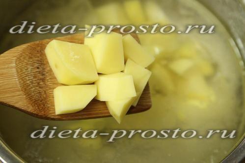 висипаємо шматочки картоплі