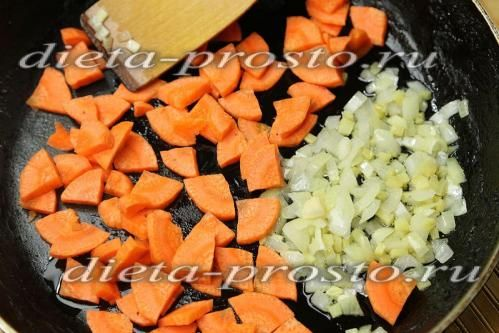 Додамо до цибулі з імбиром нарізану моркву