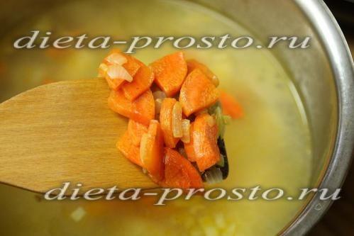 Перекладемо морква і цибуля в каструлю