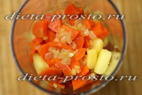 Перекладаємо варені овочі в блендер