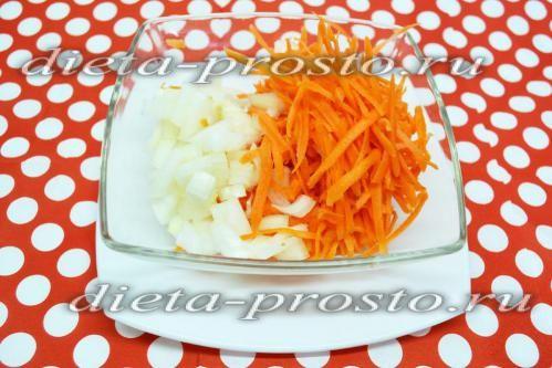 Нарізати цибулю і моркву