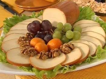 Ковбасний сир на тарілці з фруктами