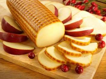Нарізаний ковбасний сир з ягодою