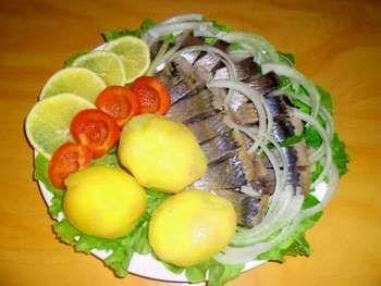 Оселедець з картоплею і свіжими овочами