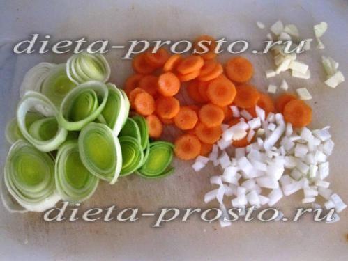 Нарізаємо цибулю, часник, морква і цибуля-порей