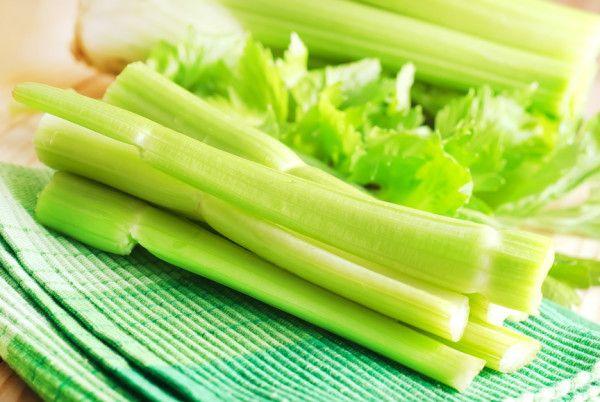 Рецепти освіжаючих салатів зі стеблових селерою