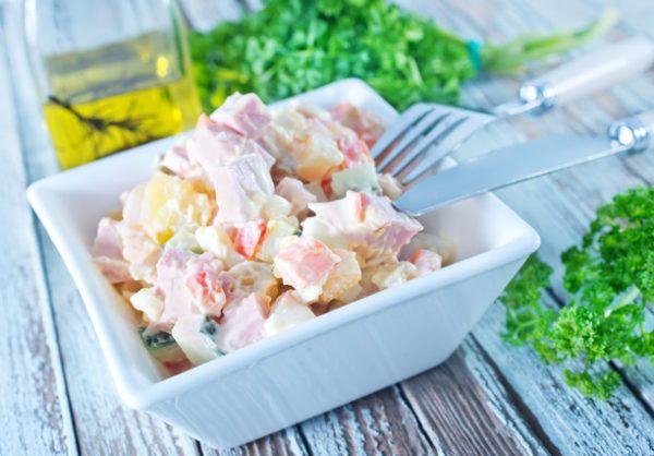 Рецепти найсмачніших салатів з консервованими ананасами