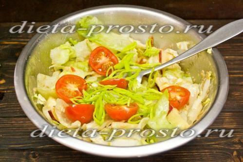 Додати помідори і цибулю порей
