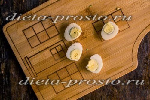 перепелині яйця наріжте