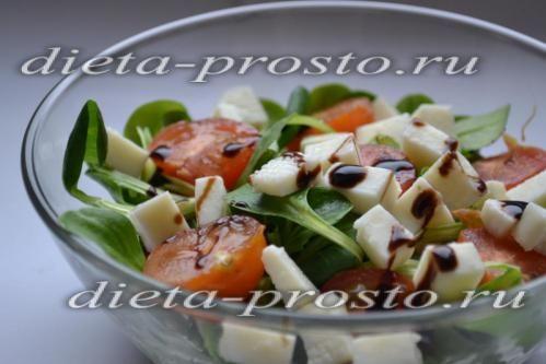 Салат з бринзою, руколою і молодим часником