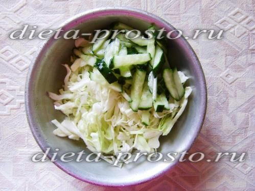 змішайте капусту й огірки