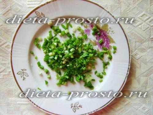 Зелену цибулю нарізати