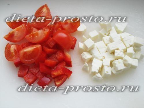 помідори наріжте часточками, перець - квадратиками, сирний сир - кубиками