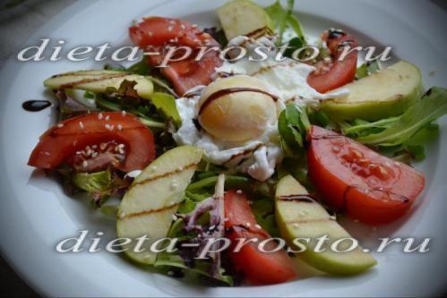 Салат з яблуками і яйцем пашот