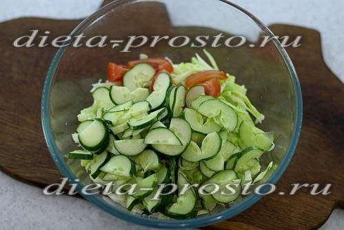 до капусти додайте нарізані огірки і помідори