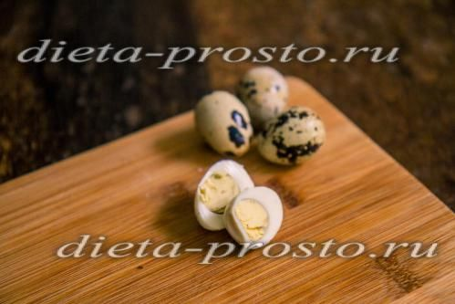 перепелині яйця відварити і нарізати