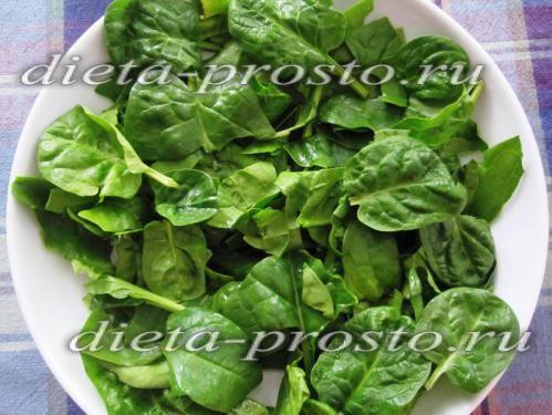 викладаємо листя шпинату на тарілку
