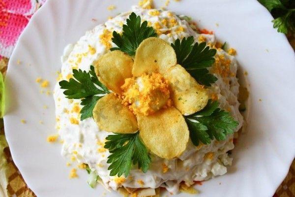 Найкращі салати з чіпсами: рецепти з фото