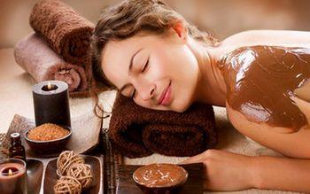 Дівчину обмазали шоколадом і їй кайф