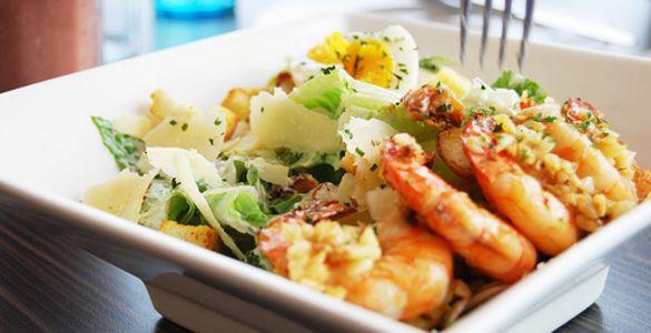 Салат цезар з креветками