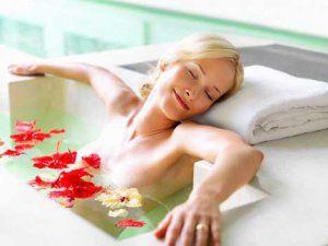 Дівчина приймає содову ванну