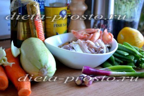 Спагеті з овочів з морським коктейлем