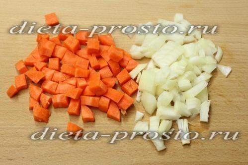 Моркву і цибулю нарізати