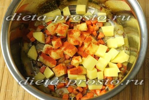 Додаємо кубики картоплі і перець