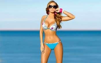 Красива дівчина на пляжі