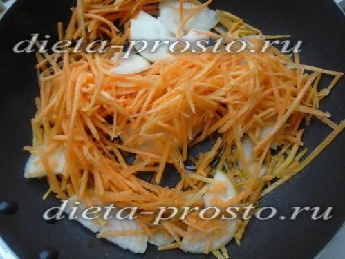обсмажуємо цибулю і моркву
