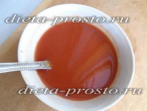 перемішайте томатну пасту з водою