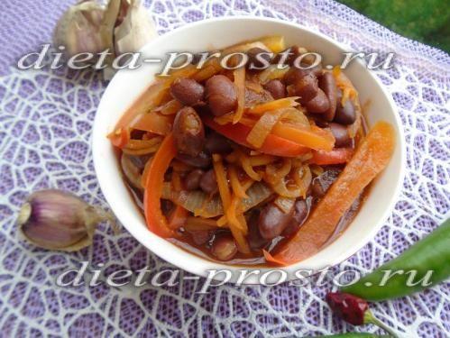 Тушкована квасоля з овочами в томатному соусі